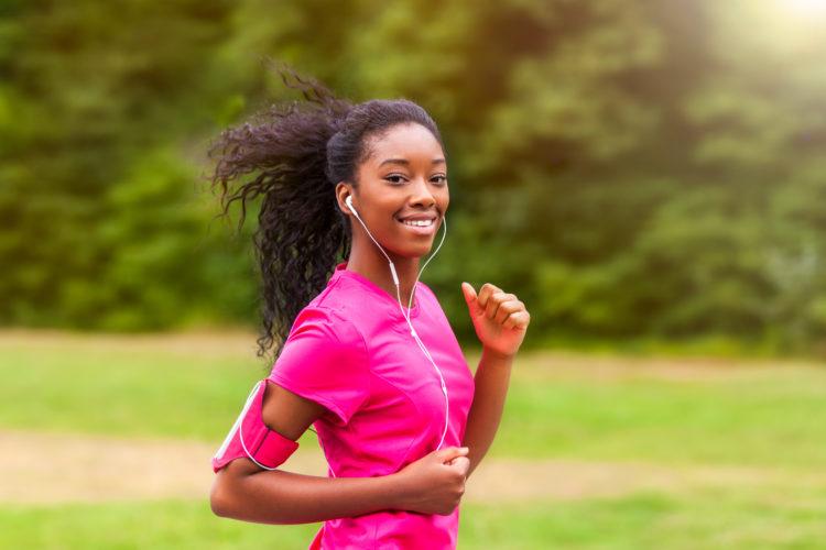 mulher-correndo-sorrindo-smartphone-música-aplicativos-monitorar-exercicios-e1471460370515